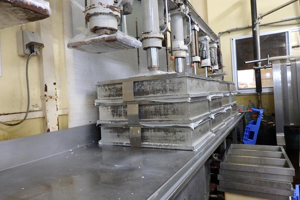 2種類の機械を使い、40分かけて豆腐の水切りをします。